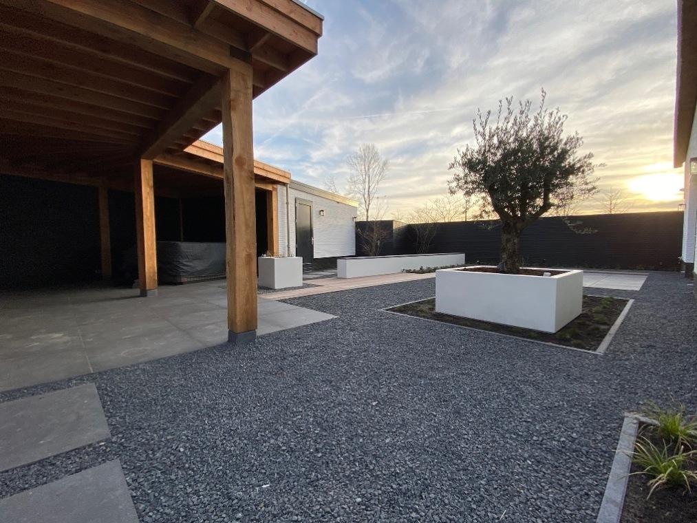 Een strakke tuin met split en betonlook
