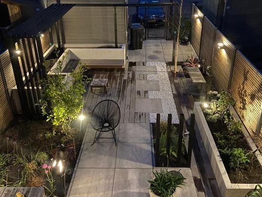 Moderne tuin aangelicht
