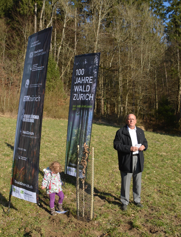 Regierungsrat Markus Kägi pflanzt im eigenen Wald eine Jubiläumseiche