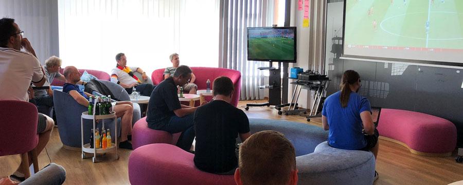 (Erfolgloses) Daumendrücken für die deutsche Nationalmannschaft.