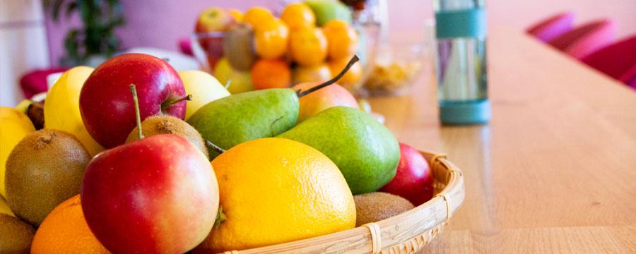 Täglich gibt es frisches Obst, Snacks, Kaffee, Tee und Wasser