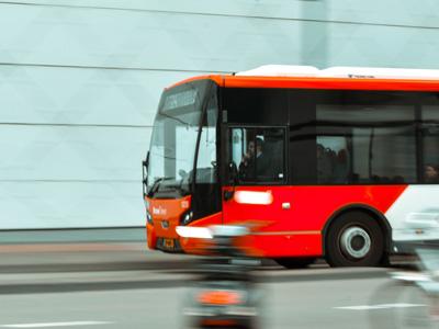 Shuttle-Bus auf Straße. Statusmeldungen und Event-Infos per SMS an Besucher schicken.