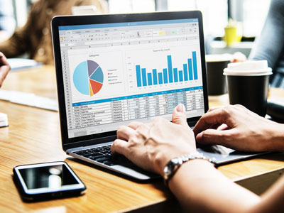 Laptop mit Statistiken. Kundendaten per mobil optimierten Online-Umfrage erheben.