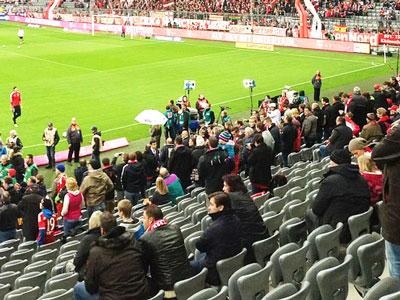 Freie Plätze im Fußballstadion. Fans Restkontingente per SMS anbieten.