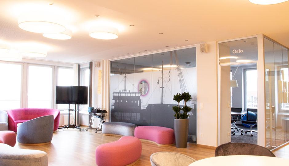 LINK Mobility Lounge mit Blick auf den Hamburger Hafen und Elbphilharmonie