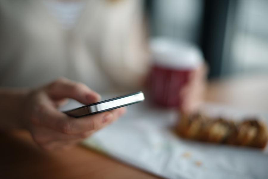 Handynummern DSGVO-konform erheben - Mensch mit Smartphone in der Hand