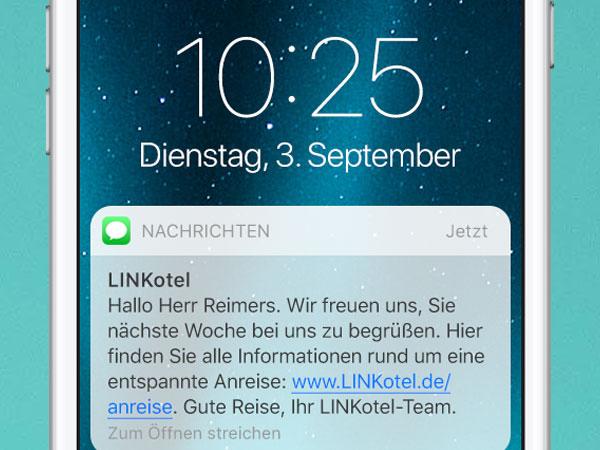 SMS auf Smartphone. Reise-Infos und Updates mobil per SMS an Hotelgäste schicken.