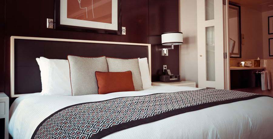 Digitale Gästekommunikation in der Hotellerie – Hotelzimmer mit großem Doppelbett