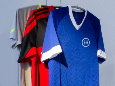 Verschiedene Fußball-Trikots. Digitale Coupons für den Abverkauf von Saison-Artikeln nutzen.
