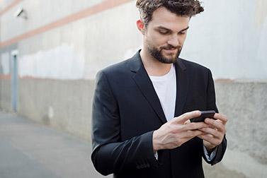 Mann liest SMS - So wird Ihre SMS-Kampagne ein voller Erfolg