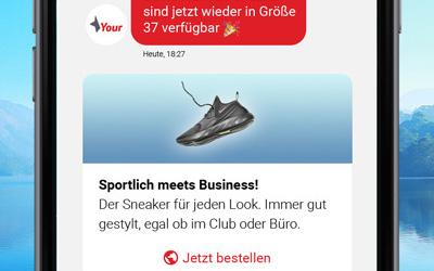 Eine Chatbot-Konversation auf dem Smartphone einer Kundin mit dem Hinweis auf Produktverfügbarkeit.