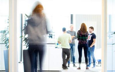 Stand-Up-Meeting im Büro. Agile Arbeitsweisen, offenes Feedback und Transparenz zeichnen LINK Mobility aus.