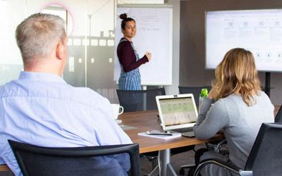 Agiles Arbeiten im Team von LINK Mobility. Meeting im Hamburger Büro mit Kollegen im Homeoffice. Freie Stellen im Team.