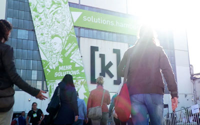 Messebesucher auf dem Weg zur solutions.hamburg, dem Kongress für Digitalisierung. Videos von LINK Mobilitys Vorträgen.