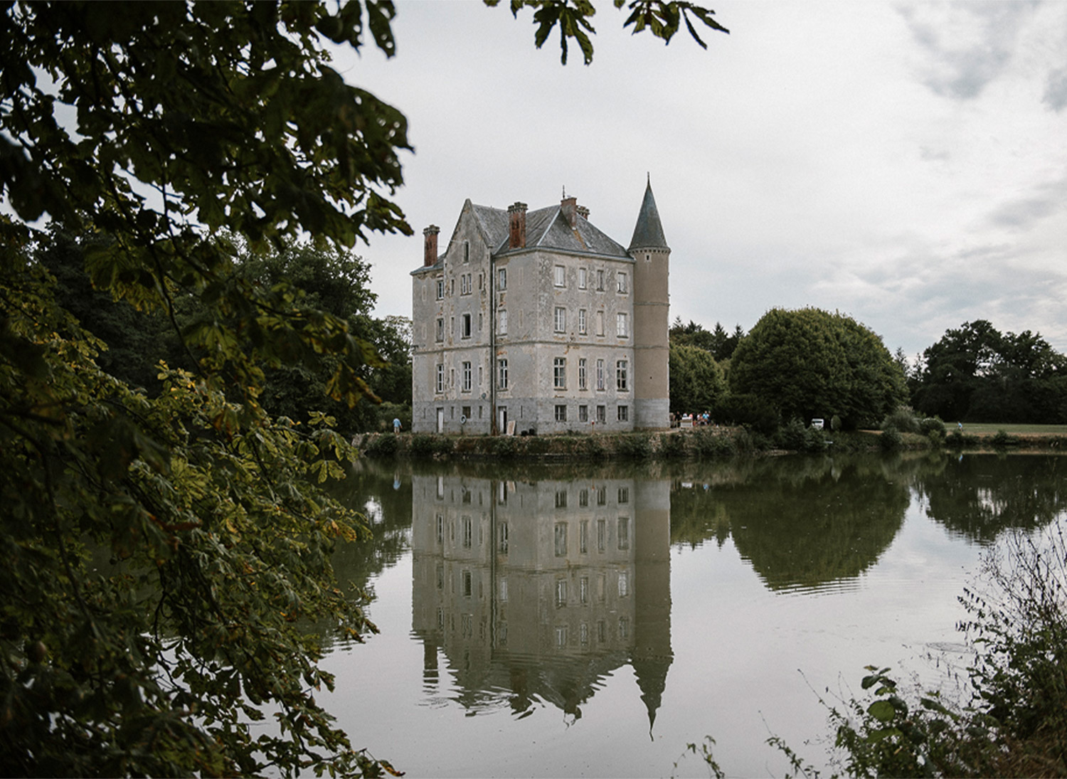 chateau de la motte and the lake