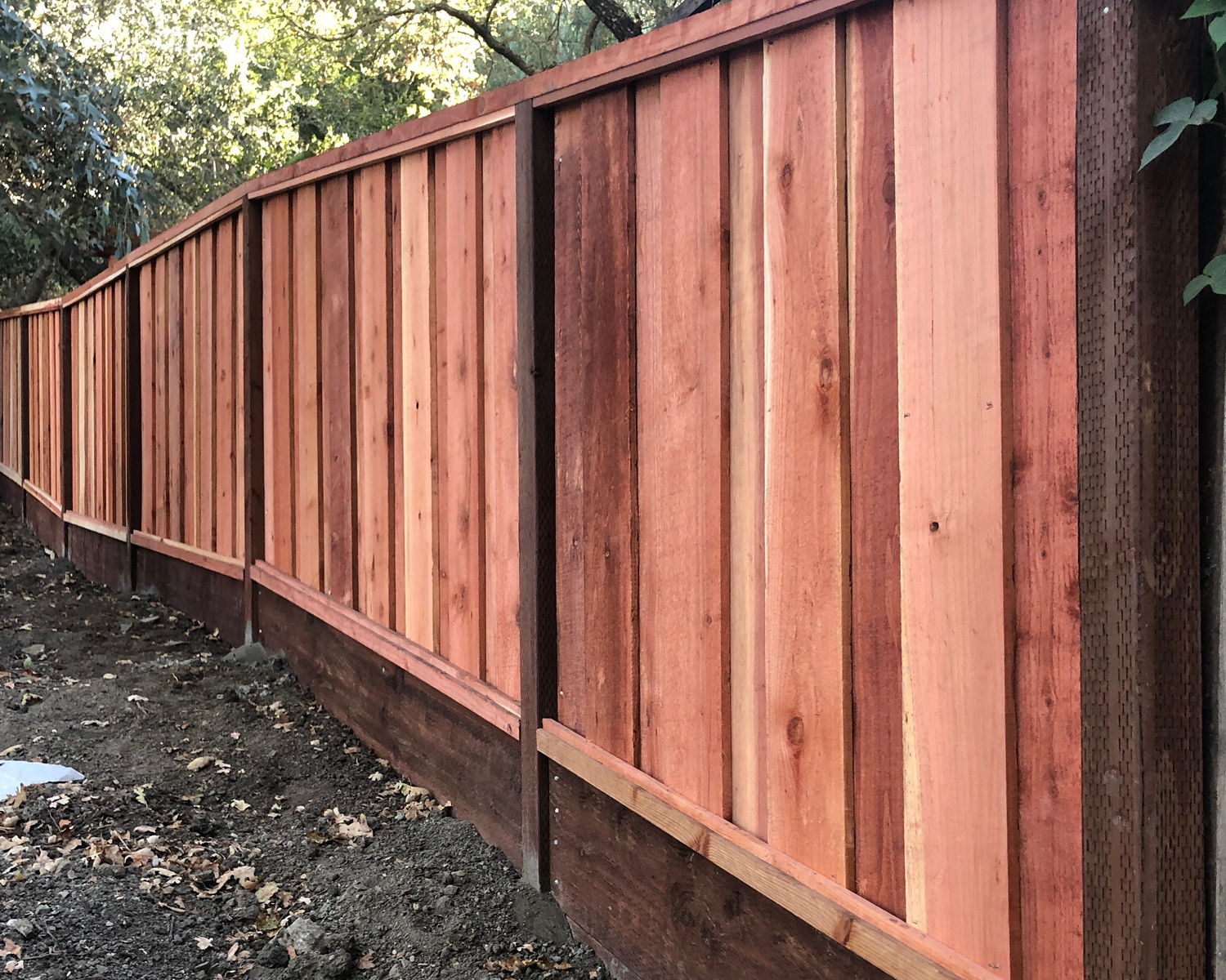 woodside-ca-picture-frame-board-on-board-with-an-integrated-3-retaining-wall