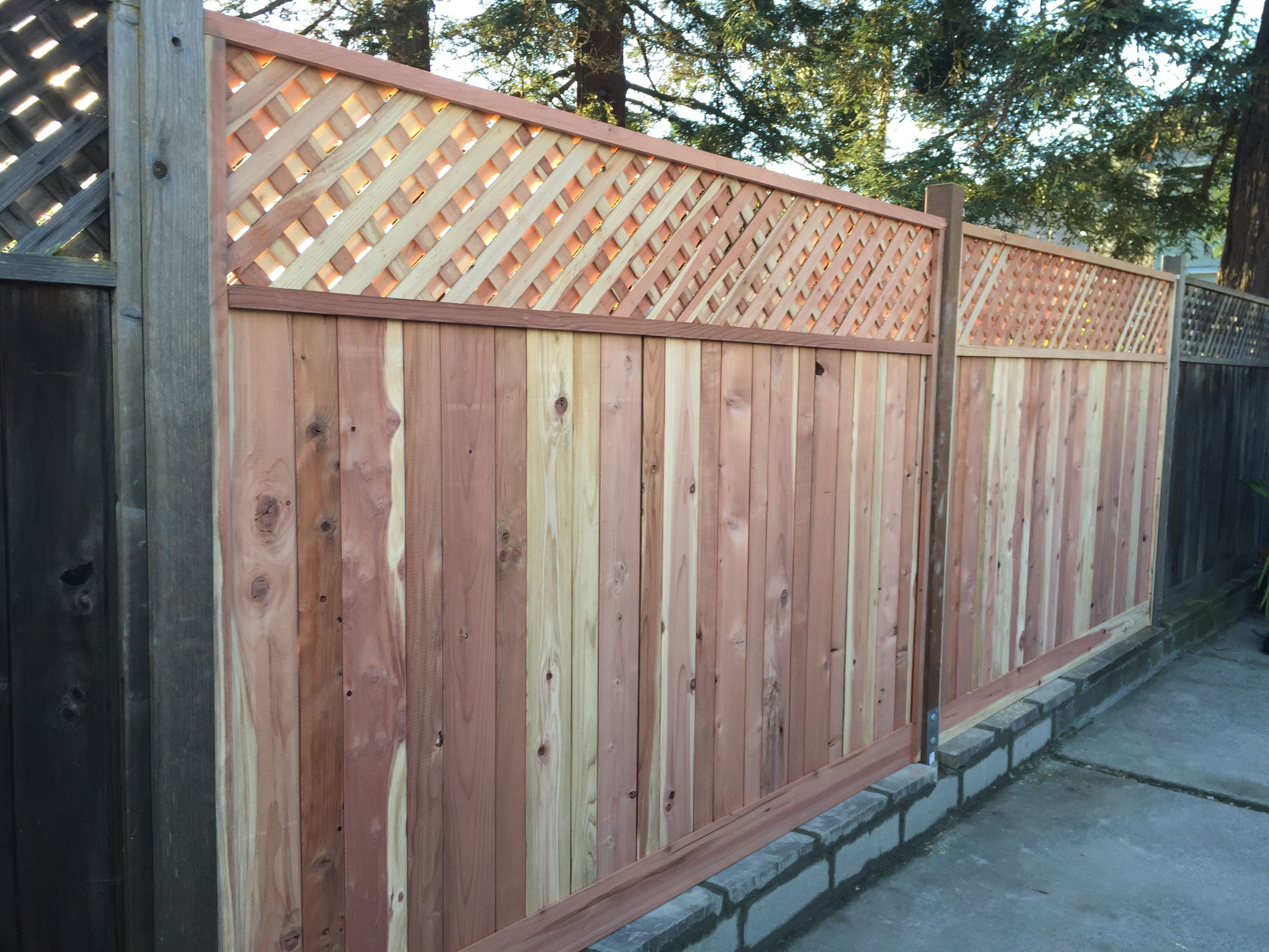 alameda-ca-picture-frame-board-on-board-with-1-diagonal-privacy-lattice-on-reinforced-concrete-block-retaining-wall