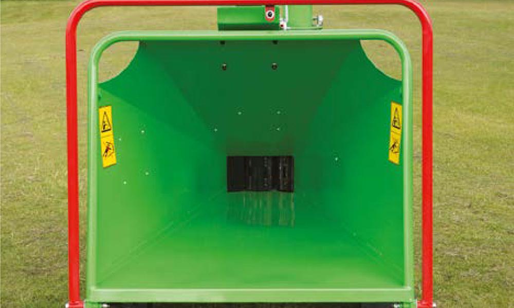 GreenMech Holzhäcksler mit sicherem und weitem Trichter zur Beschickung