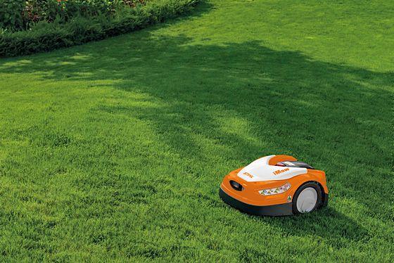 iMOW RMI 422 auf Rasenfläche