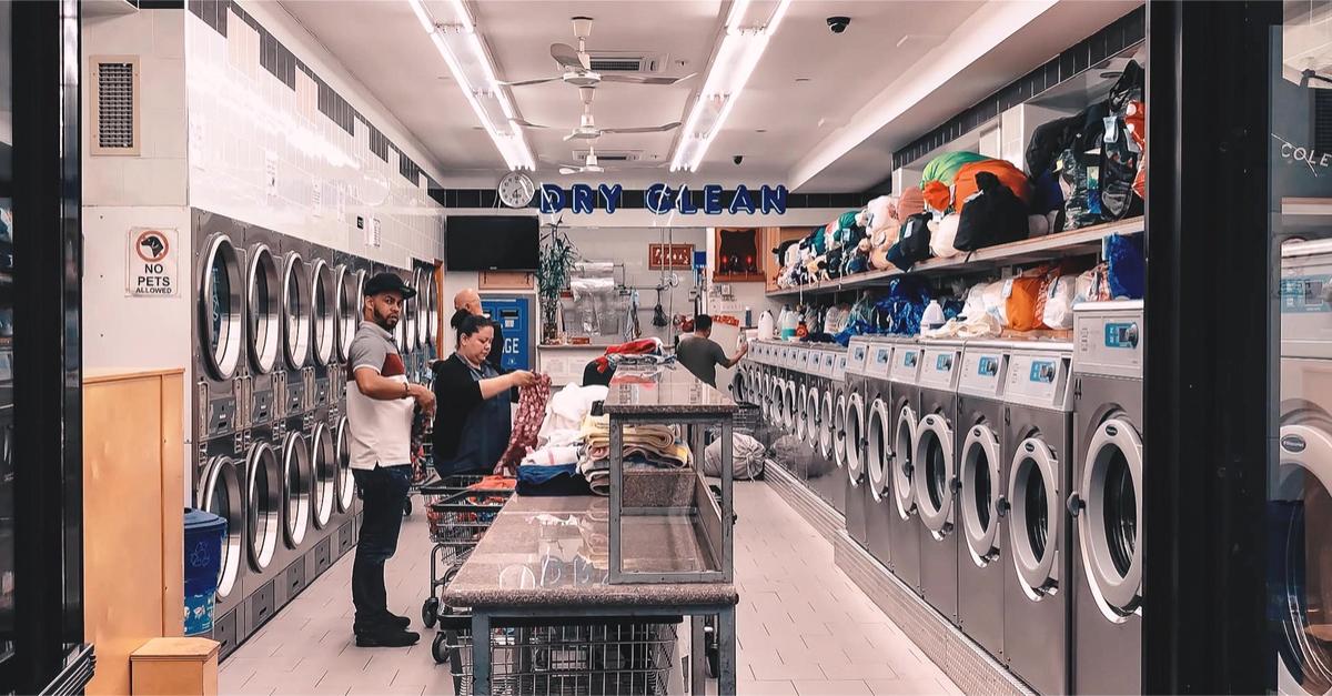 Lavandería en Manhattan demandada por discriminación y por no pagar horas extras