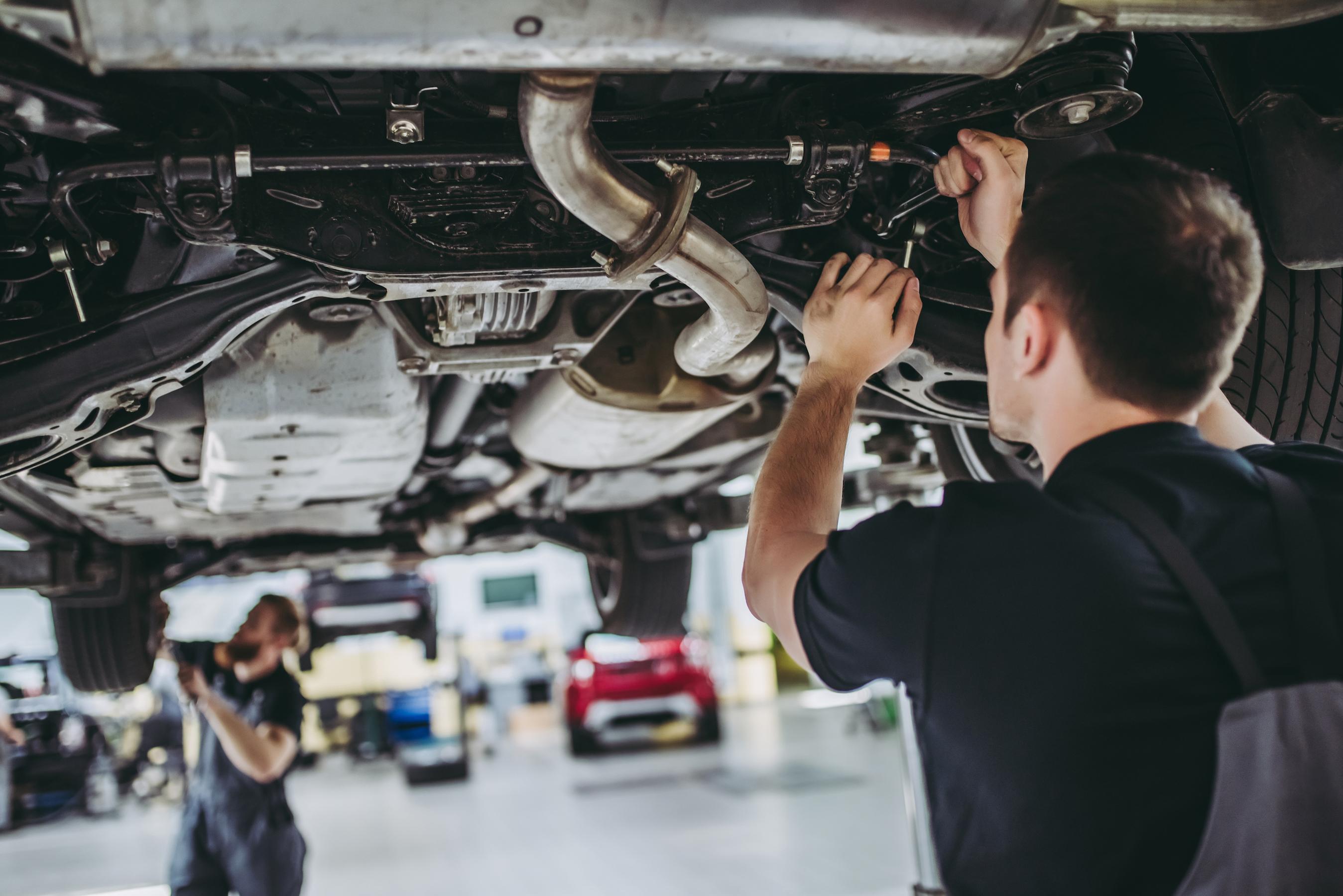 Empleados de taller de autos en Long Island ganan $370,000 por horas extras