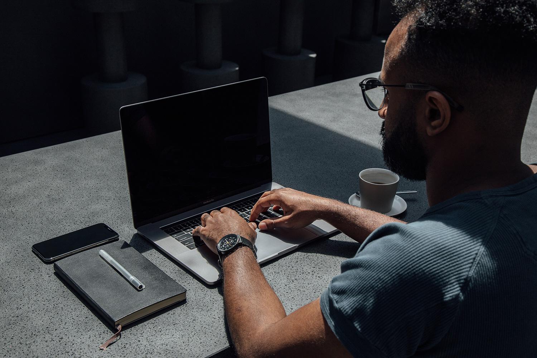 Fachinformatiker arbeitet an modernem Arbeitsplatz
