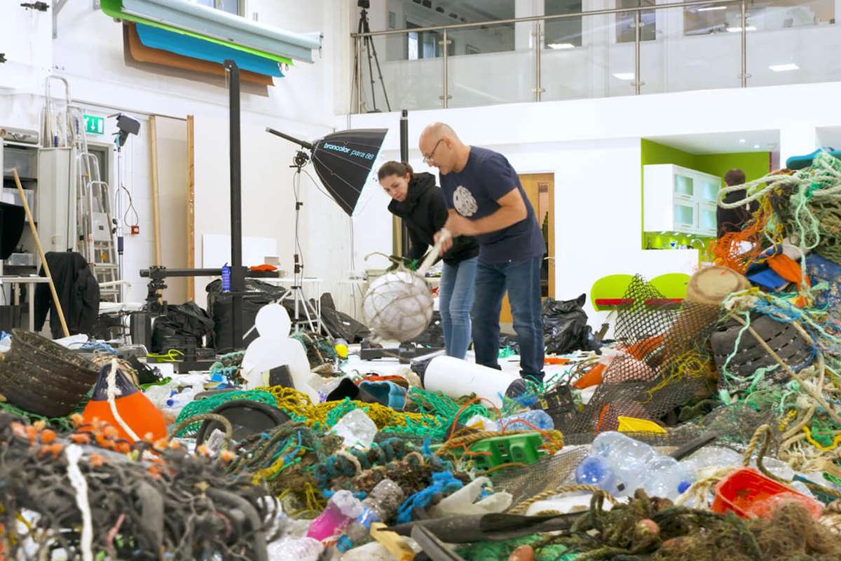 Karl Taylor bezig met het vuil schikken © Karl Taylor