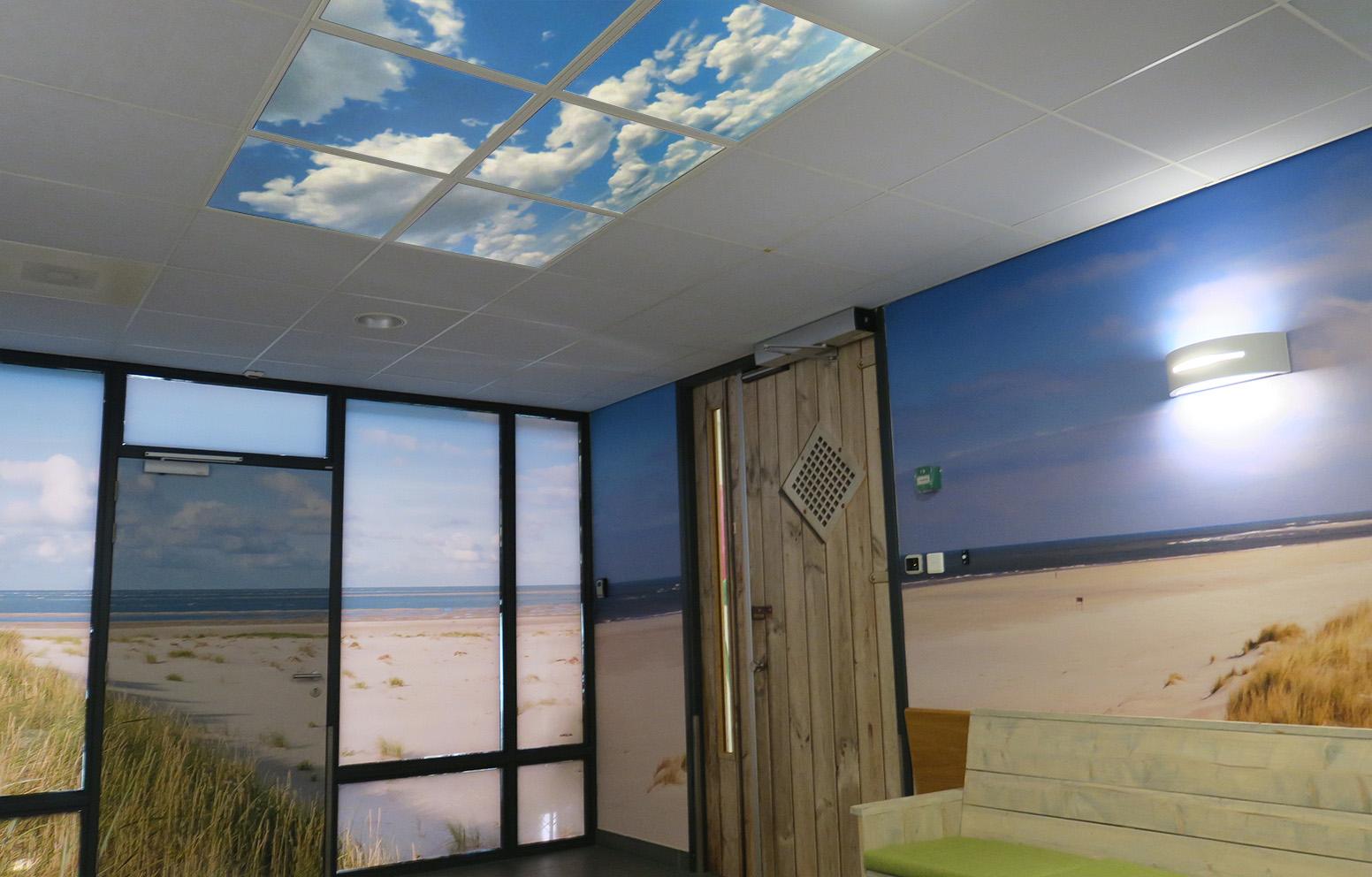 Systeemplafond verlicht foto wanddecoratie zorg