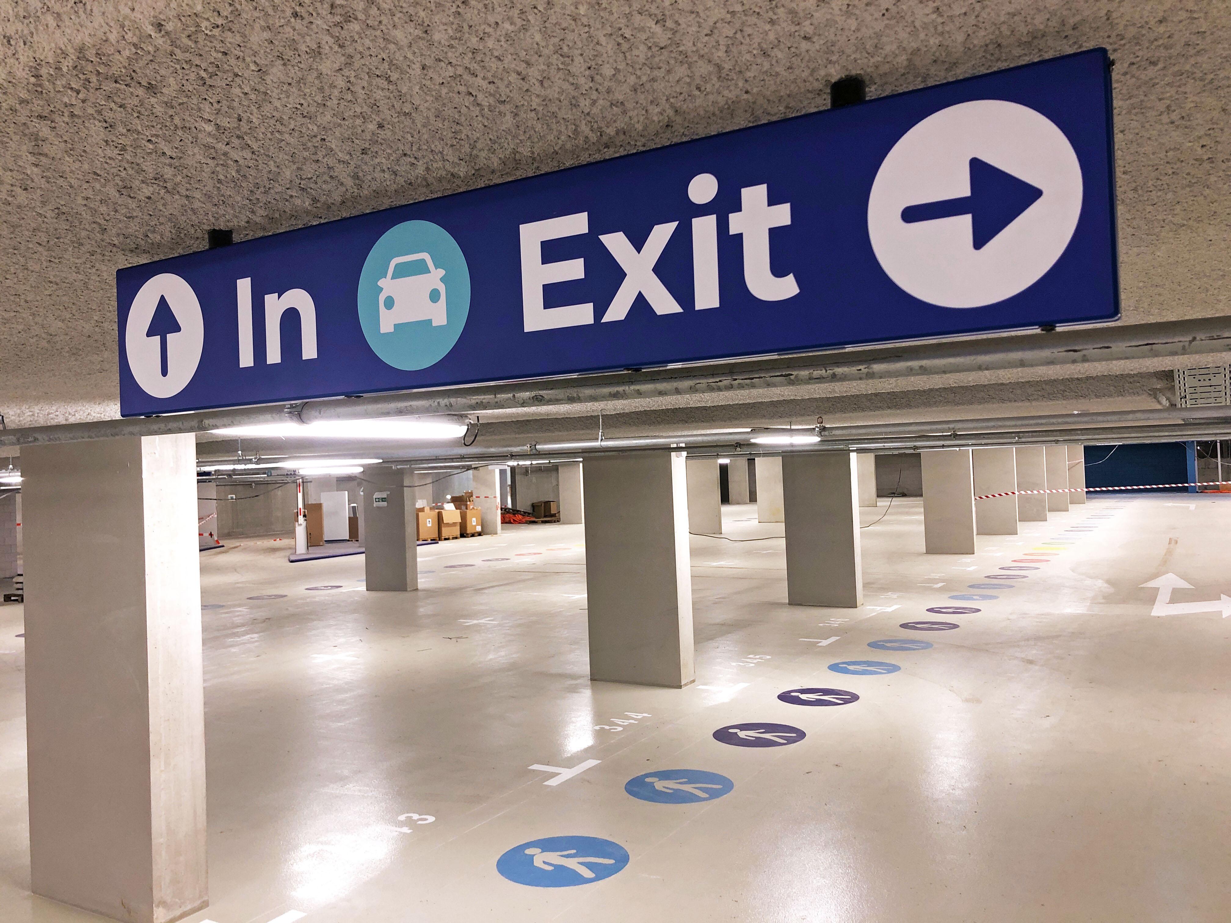 binnenbewegwijzering parkeergarage FDS signmakers  plafondbord