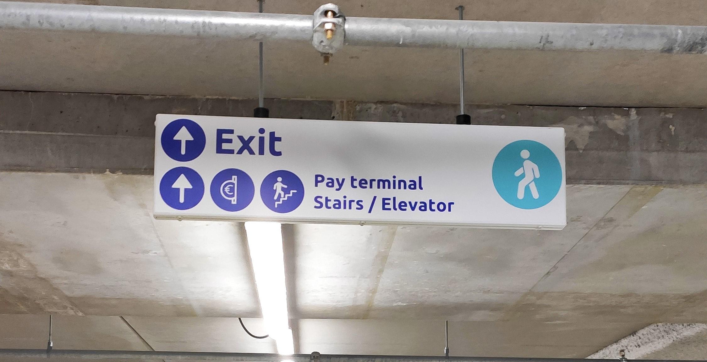 Plafondbord binnenbewegwijzering wafinding parkeergarage FDS Signmakers