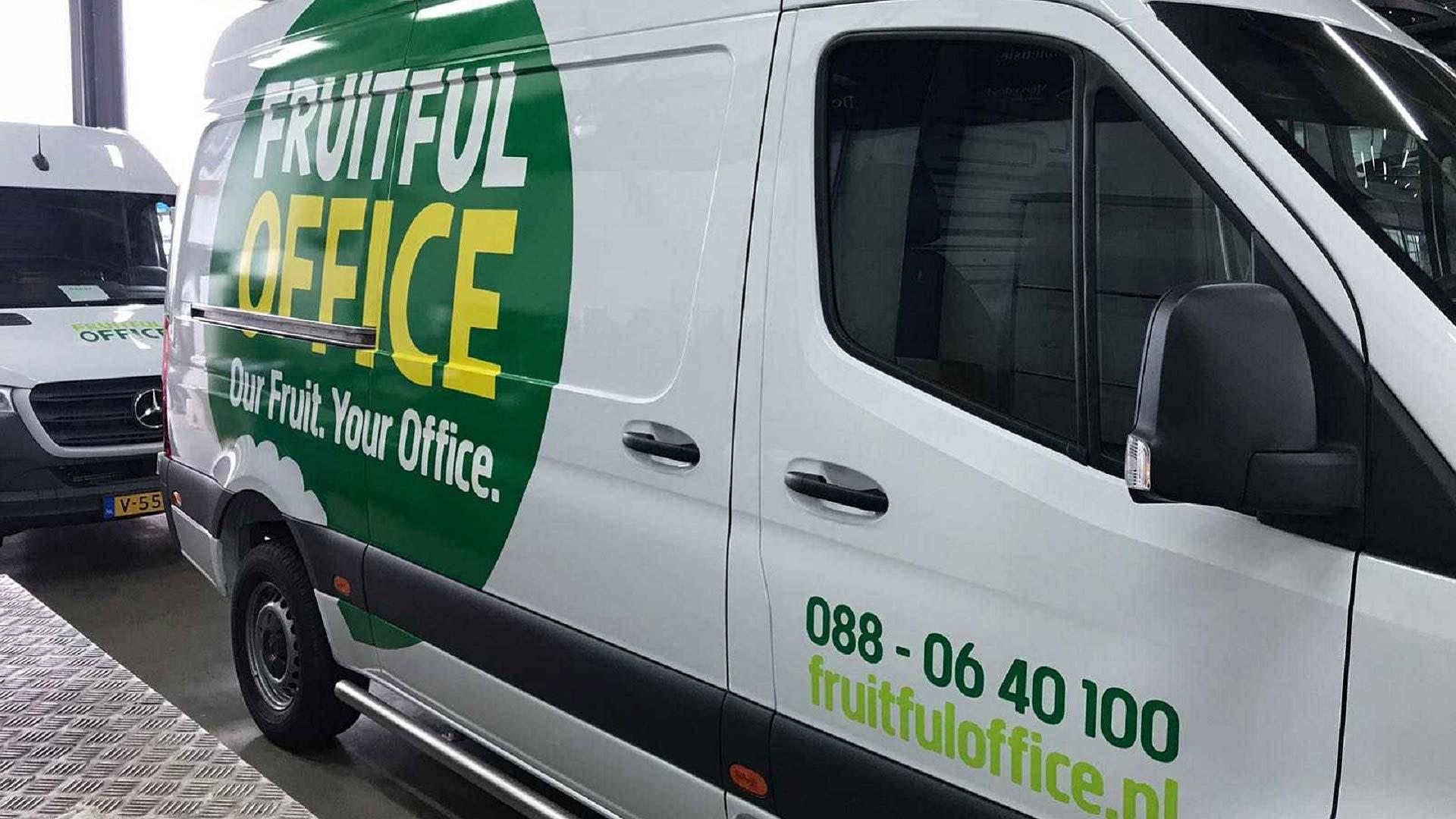Alle wagens uit het grote wagenpark van Fruitfull Office zien er hetzefde uit. De kracht van herhaling doet zijn werk.