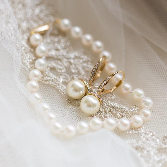The brides wedding jewelry.