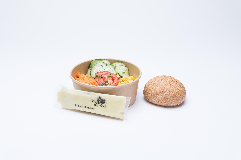 Gemsichter Salat mit einem Vollkornbrötchen