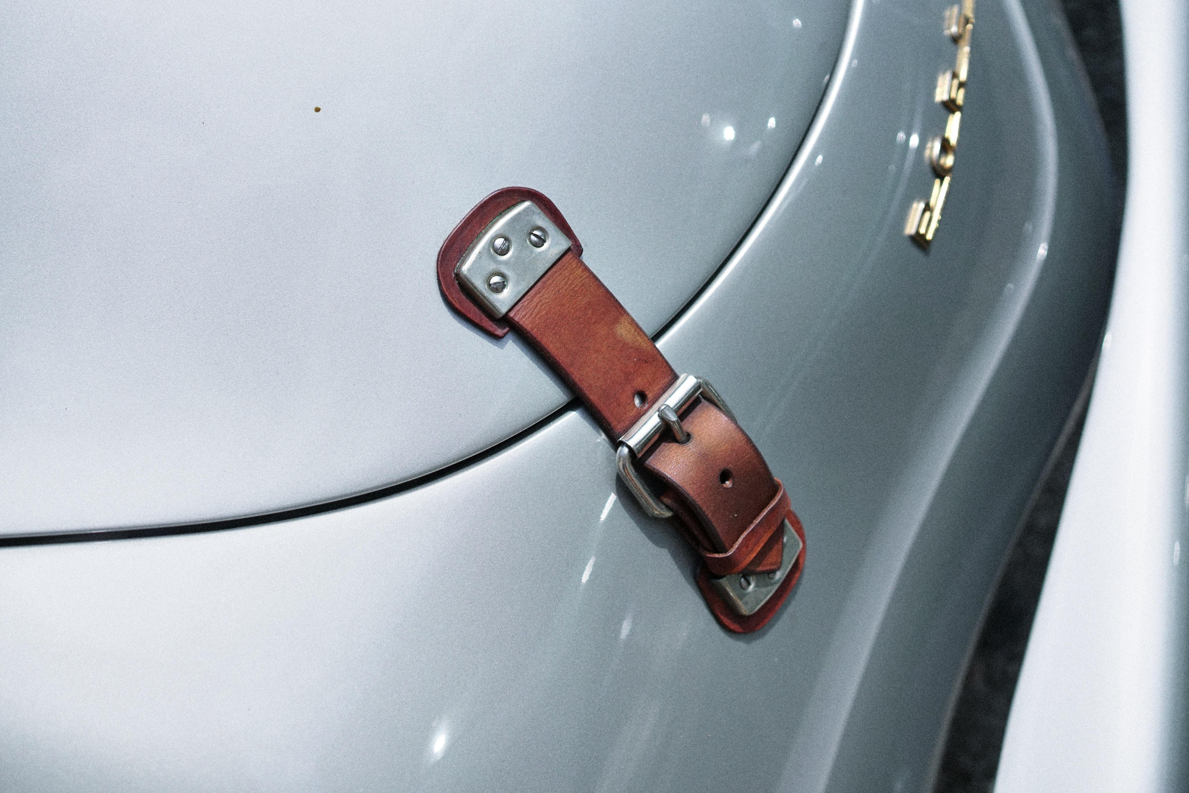 Luftgekühlt-6-Rennen-55-Porsche-356-1956-Carrera-Strap-Detail