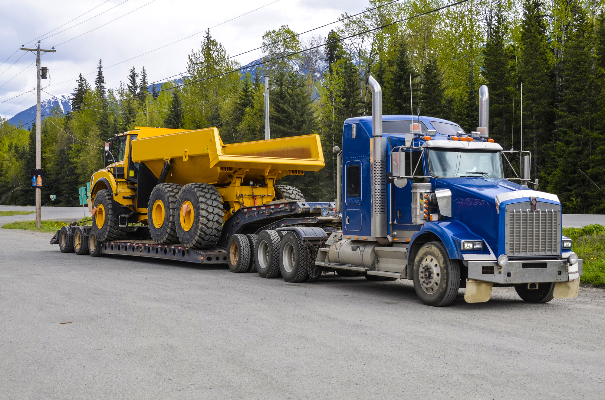 Heavy haul truck with oversized load