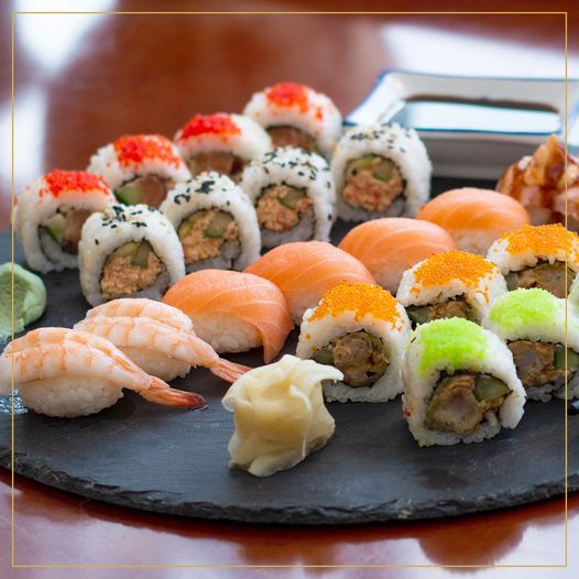 图片中可能有:寿司和食物