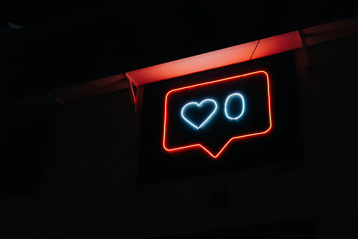 Neon sign with a speech bubble that has a heart in it