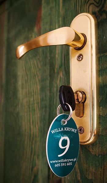 klucz w zamku z numerkiem pokoju