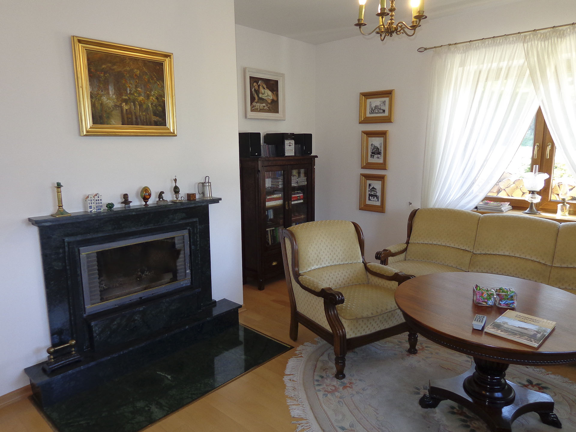 Kominek i salon w Willa Krywe