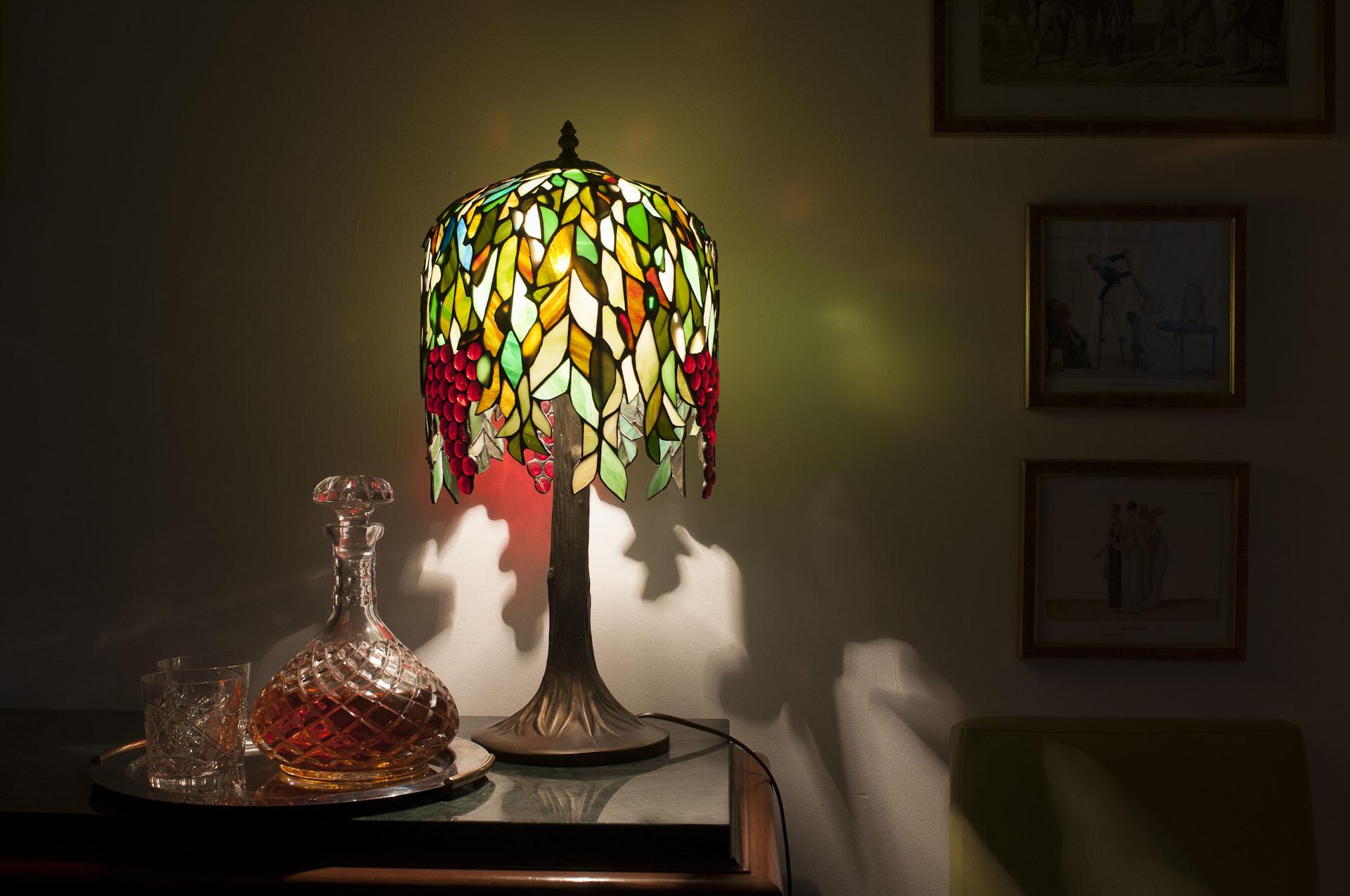 lampka nocna na stole