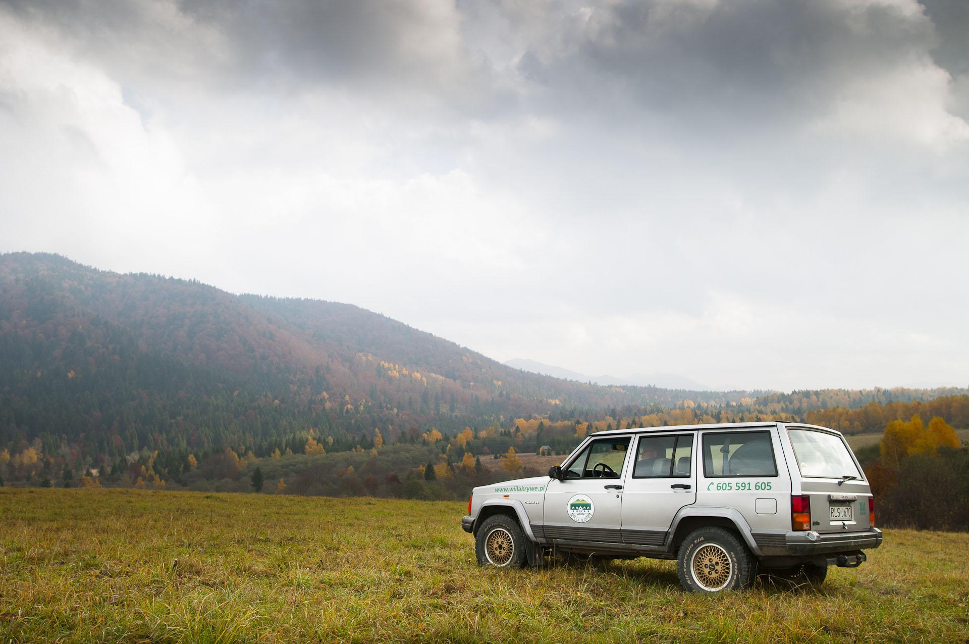 jeep na tle gór