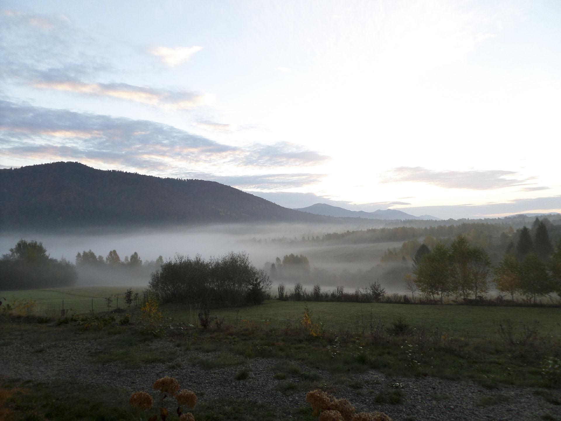 wieczorne zdjęcie gór we mgle