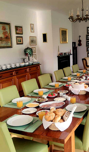 stół zastawiony śniadaniem