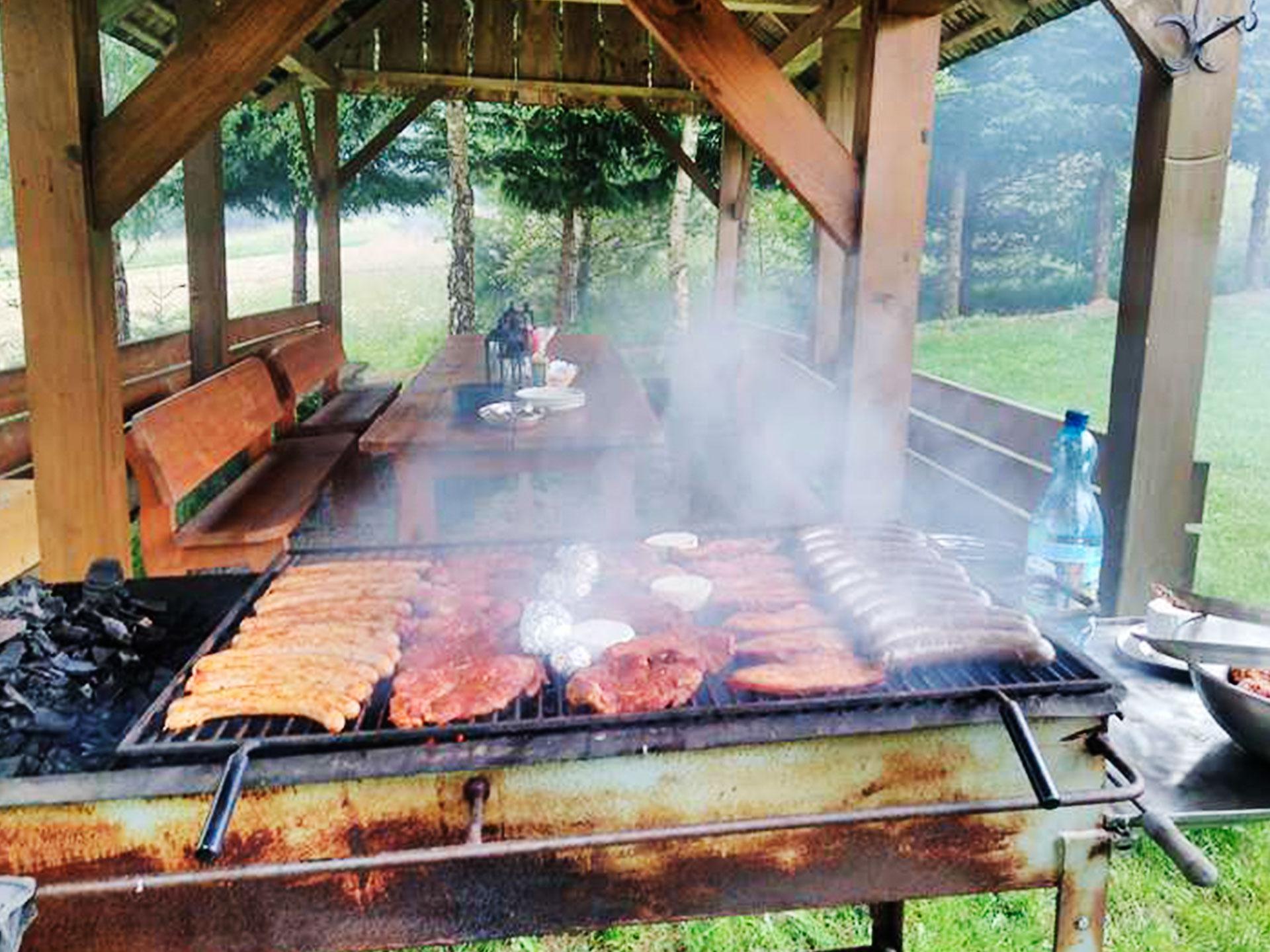 smażące się mięso na grillu
