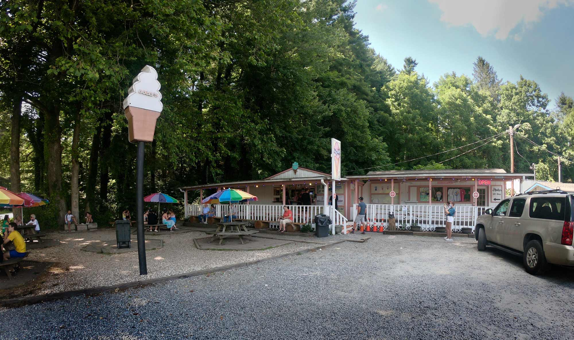 Dolly's Dairy Bar & Grill near Brevard, North Carolina, close to Davidson River Campground