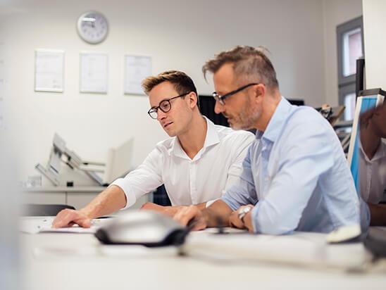 Imagebild professionell – Männer bei der Arbeit am Schreibtisch