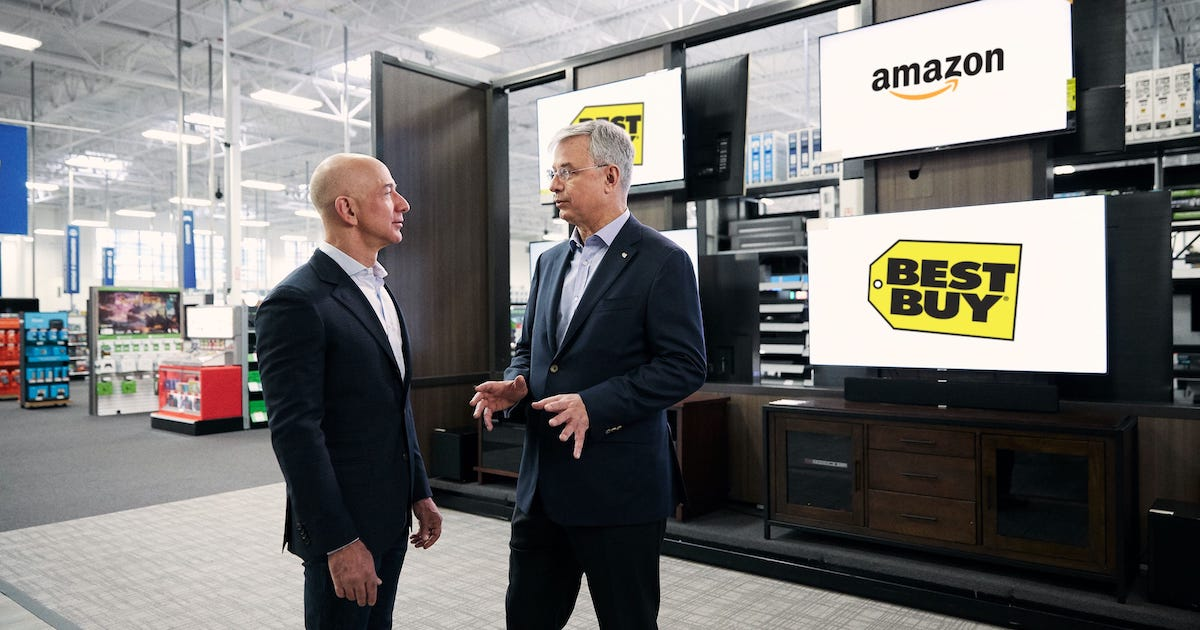 Photo de Jeff Bezos, patron fondateur d'Amazon, visitant un magasin Best Buy