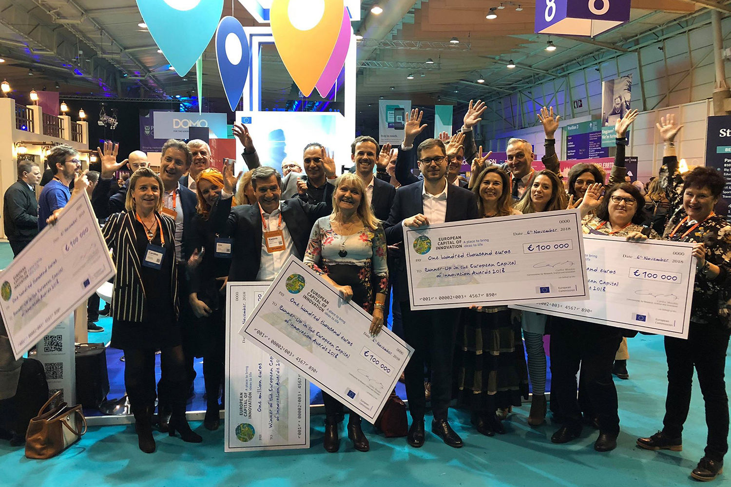 A group of cheerful people from Umeå holding up cash prize checks awarded iCapital runner-up 2018