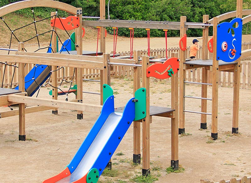 Wooden multiplay structure for parks and playgrounds