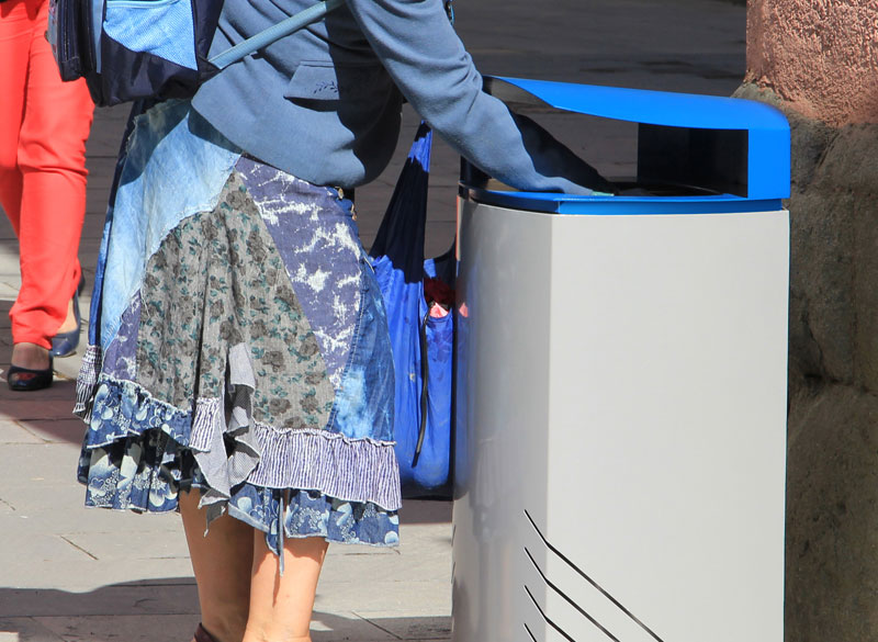 Outdoor litter bin with blue coloured lid